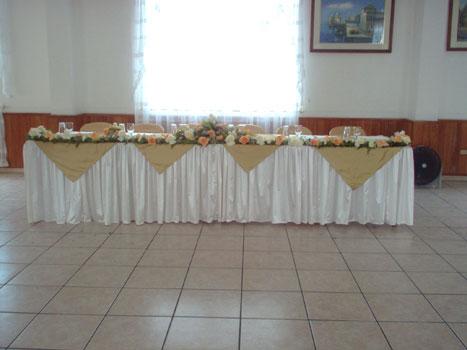 Arreglo de mesa principal con girnalda en flores